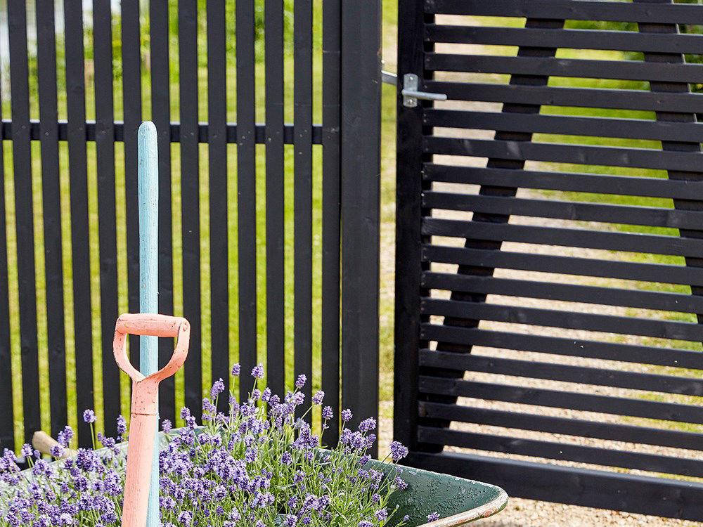 Plus Sendai Zaun Kiefer-Fichte schwarz 180 × 140 cm Designzaun mit Gartentüre